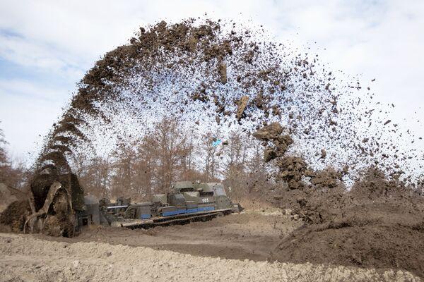 Un bulldozer BAT-2 delle truppe di terra della Flotta Baltica durante gli annuali test di efficienza in un poligono della regione di Kaliningrad  - Sputnik Italia