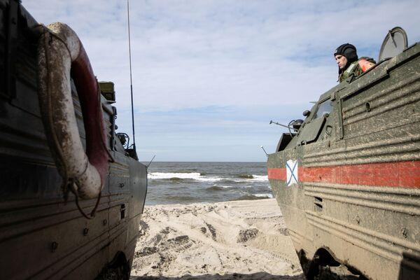 Un soldato delle truppe di terra della Flotta del Baltico a bordo di un mezzo anfibio PTS-2 - Sputnik Italia