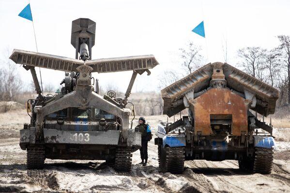 Due bulldozer multifunzionali BAT-2: oltre a muovere la terra sono in grado di appiattirla e creare una via di passaggio praticabile per gli altri mezzi - Sputnik Italia