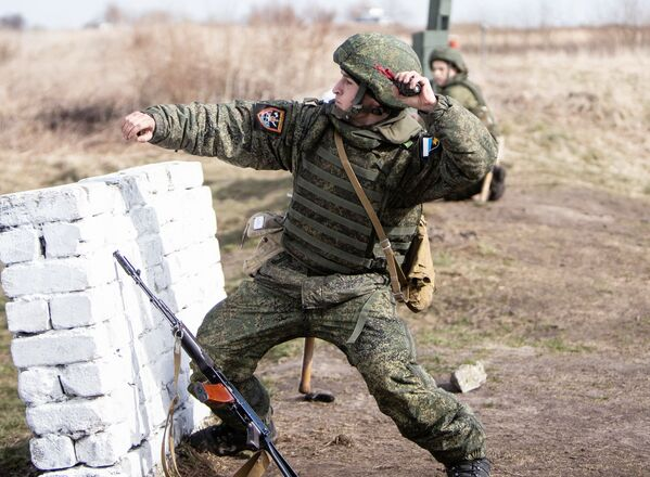 Un soldato delle truppe di terra della Flotta del Baltico durante le esercitazioni pratiche  - Sputnik Italia
