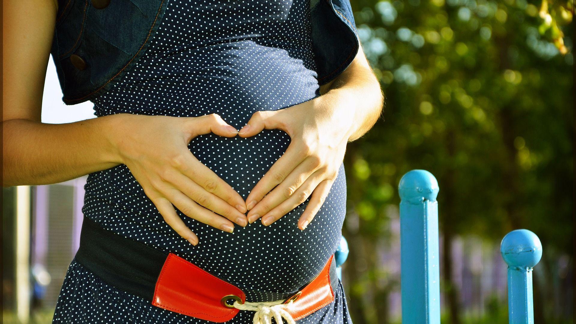 Una donna incinta - Sputnik Italia, 1920, 18.09.2021