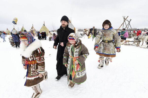 E' primavera, ma nel nord russo c'è ancora tanta neve: ma i partecipanti alla festa, in quel di Nadym, solcano sicuri il terreno con le loro calzature ricoperte di pelo di renna - Sputnik Italia