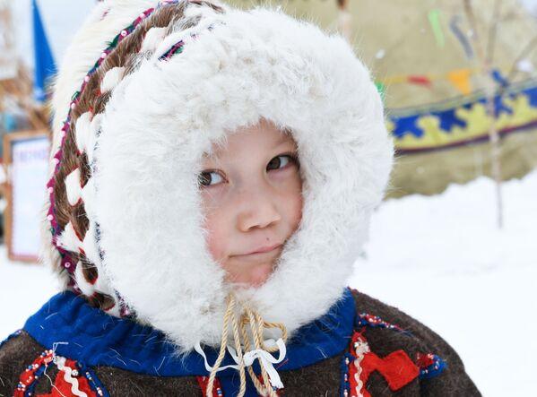 Un bambino alla festa degli allevatori di renna a Nadym, in Siberia - Sputnik Italia