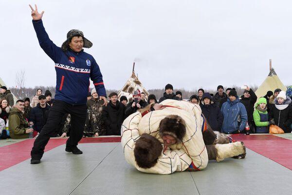 Un incontro esibizione della lotta nazionale dei Nenci, in occasione della Giornata dell'allevatore di renna a Nadym - Sputnik Italia