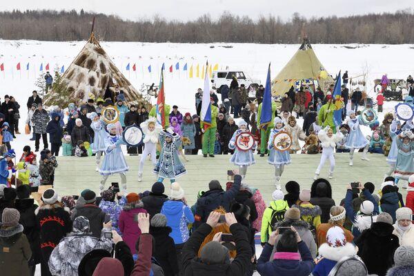 Danze sciamaniche a Nadym in occasione della Giornata dell'allevatore di renna a Nadym - Sputnik Italia