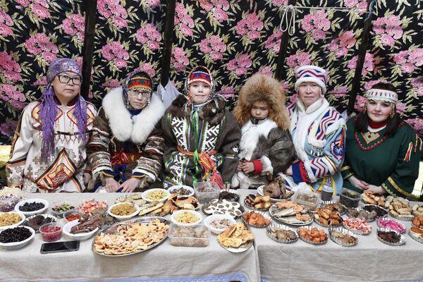 Donne in abiti tradizionali rappresentanti di diversi popoli della tundra siberiana  - Sputnik Italia