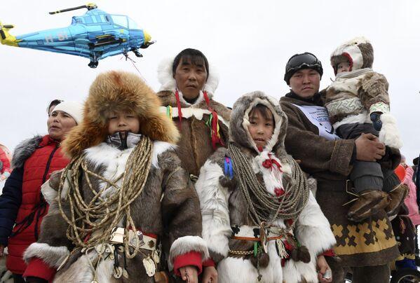 Una famiglia Nenci: nonostante l'urbanizzazione avvenuta nella seconda metà del '900, molti rappresentanti dei popoli nomadi della Siberia mantengono le loro tradizioni - Sputnik Italia