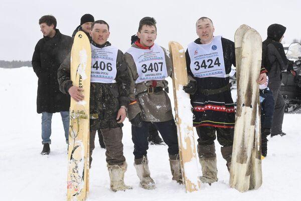 I partecipanti ad una delle gare sportive organizzate in occasione della festa: la pelle di renna è un ottimo antiscivolo  - Sputnik Italia
