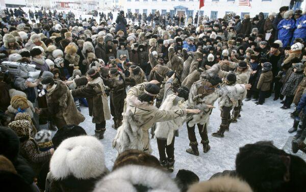 Festeggiamenti folkloristici per la missione congiunta 'Ponte di Bering' del 1989 - Sputnik Italia