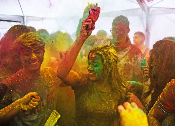 I partecipanti della Festa Dei Colori Holi al centro della cultura indiana a Mosca. - Sputnik Italia