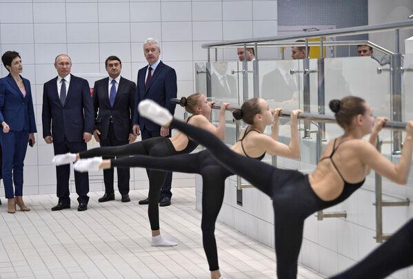 Il presidente russo Vladimir Putin ha visitato il centro del nuoto sincronizzato di Anastasia Davidova. - Sputnik Italia