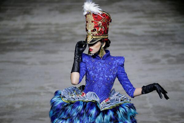 Una modella presenta la collezione Hu Sheguang alla settimana della moda a Pechino. - Sputnik Italia