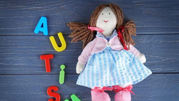 Детская игрушка рядом со словом аутизм - Sputnik Italia