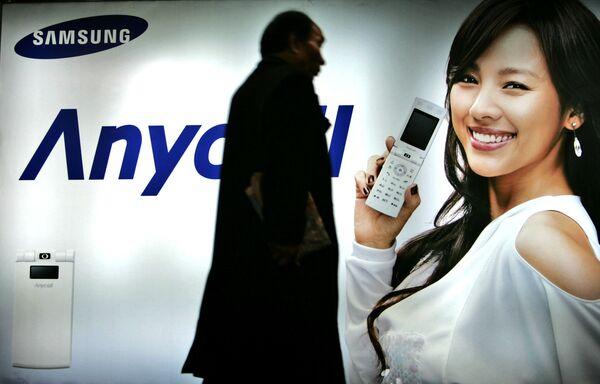 Seul, 2007 - Un passante davanti ad un manifesto pubblicitario della Samsung - Sputnik Italia