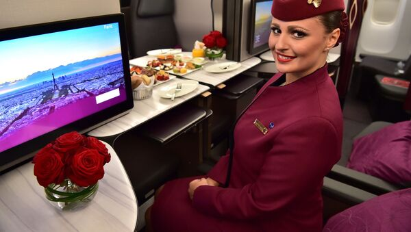 Una hostess della Qatar Airways all'interno dello spazio di business class QSuite di un Boeing 777 della Qatar Airways - Sputnik Italia