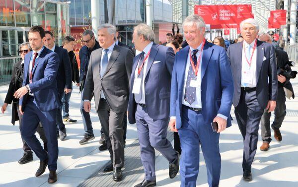 Antonio Tajani (secondo a sinistra) arriva al Salone del Mobile a Milano - Sputnik Italia