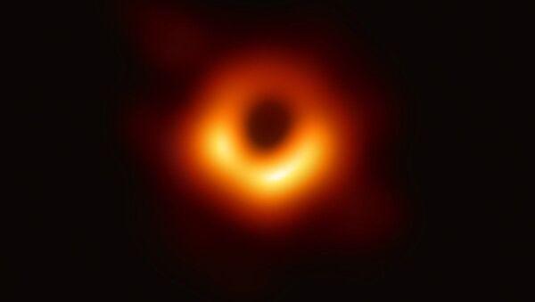 Pubblicata la primissima FOTO di un buco nero - Sputnik Italia
