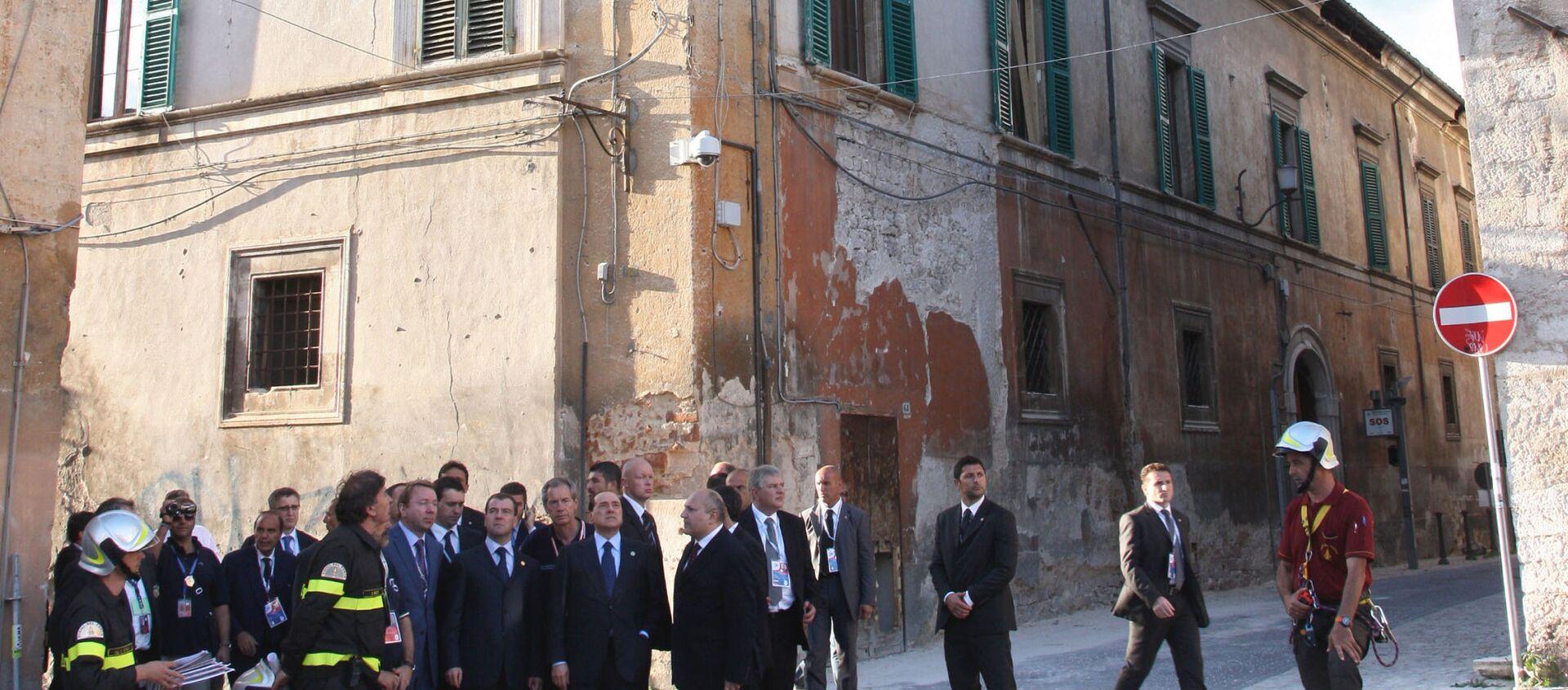 Silvio Berlusconi e Dmitriy Medvedev nelle zone colpite dal terremoto all'Aquila - Sputnik Italia, 1920, 06.04.2021
