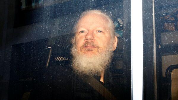 Julian Assange dopo l'arresto a Londra - Sputnik Italia