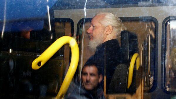 Il fondatore di WikiLeaks Julian Assange sul furgone della polizia dopo il suo arresto a Londra - Sputnik Italia
