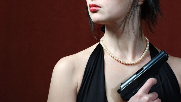 Una ragazza tiene una pistola - Sputnik Italia