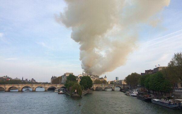 L'isola della Cattedrale di Notre-Dame avvolta dalle fiamme - Sputnik Italia