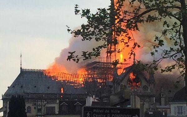 Il fuoco ha causato il crollo del tetto della cattedrale  - Sputnik Italia