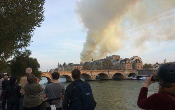 Parigini e turisti fotografano da lontano l'incendio - Sputnik Italia