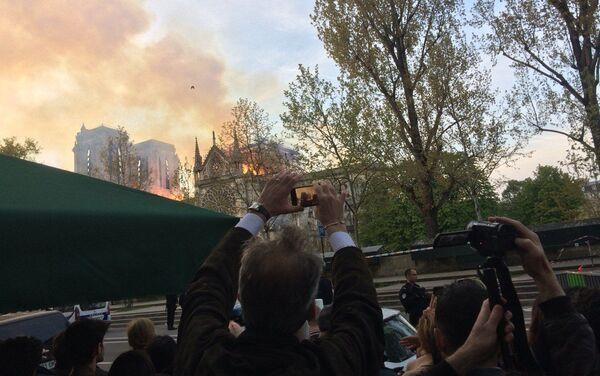 Le fiamme hanno distrutto interamente il tetto della Cattedrale di Notre Dame - Sputnik Italia