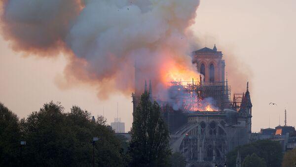 Quello che resta della cattedrale di Notre Dame avvolta dalle fiamme - Sputnik Italia