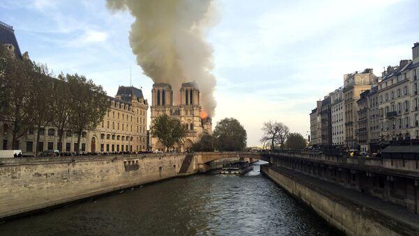 Incendio alla cattedrale di Notre-Dame di Parigi - Sputnik Italia