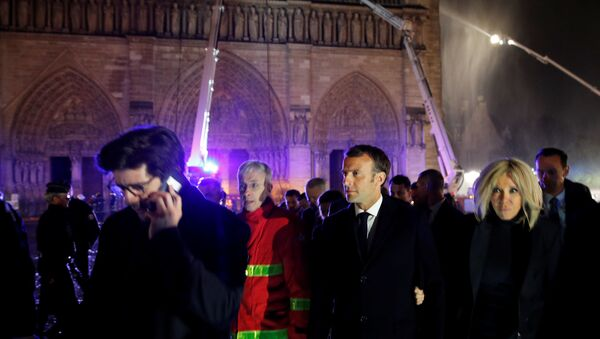 Emmanuel Macron al luogo dell'incendio nella Cattedrale di Notre-Dame  - Sputnik Italia