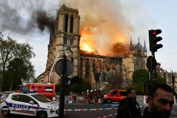 Le fiamme avvolgono la cattedrale di Notre-Dame. - Sputnik Italia