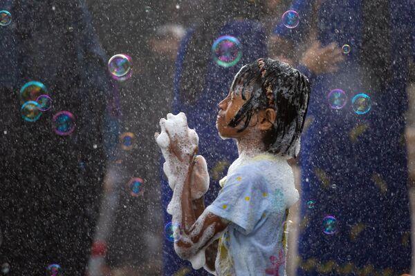 Il Thingyan festival, la celebrazione del Nuovo Anno Buddista, a Yangon, Myanmar. - Sputnik Italia
