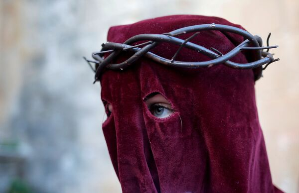 Una partecipante alla celebrazione della Settimana Santa a Ronda, Spagna. - Sputnik Italia