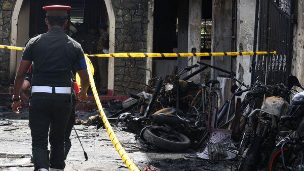 Un poliziotto al sito dell'esplosione in Sri Lanka - Sputnik Italia