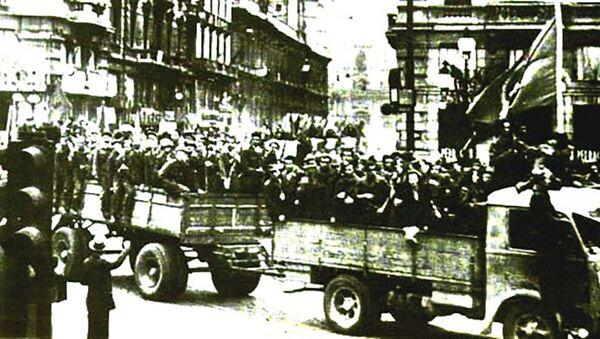 Partigiani sfilano su degli automezzi per le strade di Bologna liberata il 21 aprile 1945 - Sputnik Italia