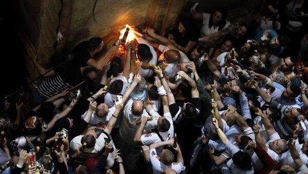 Si accende il Fuoco Sacro alla chiesa del Santo Sepolcro di Gerusalemme - Sputnik Italia