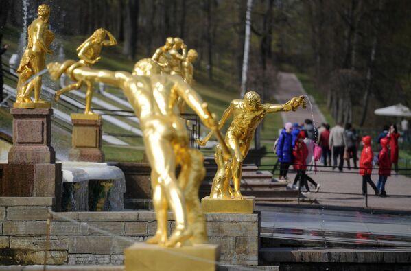 Le sculture della Gran Cascata nella tenuta di Petergof - Sputnik Italia