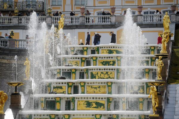 La Grande Cascata, costruita nel 1723, è il biglietto da visita della reggia di Petergof, con le sue 225 sculture in bronzo, piombo e marmo - Sputnik Italia