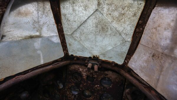 Кабина штурмовика ИЛ-2 времен Великой Отечественной войны, поднимаемого из озера Кулонга в Мурманской области - Sputnik Italia