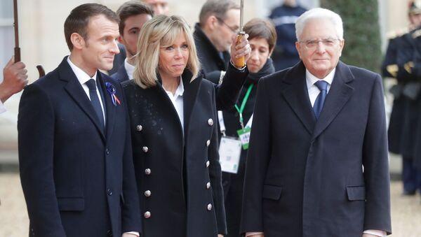 Emmanuel Macron con sua moglie e Sergio Mattarella (foto d'archivio) - Sputnik Italia