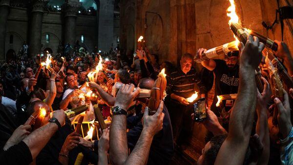 Nella chiesa del Santo Sepolcro di Gerusalemme si è acceso il Fuoco Sacro. - Sputnik Italia