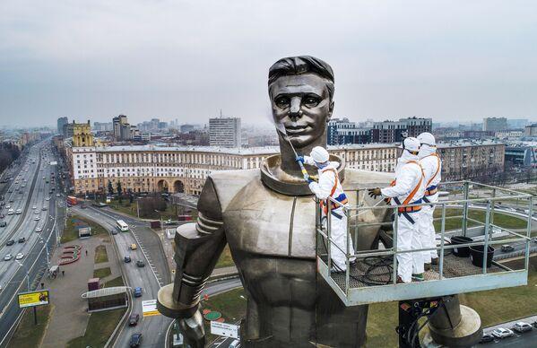 Impiegati dei servizi pubblici lavano il monumento di Yury Gagarin a Mosca. - Sputnik Italia