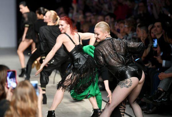 Le modelle si sfilano per presentare la collezionie di Julia Dalakian alla Settimana di moda Mecedes-Benz a Mosca. - Sputnik Italia