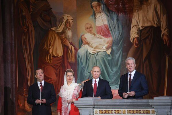 Vladimir Putin e Dmitry Medvedev alla messa di Pasqua. - Sputnik Italia