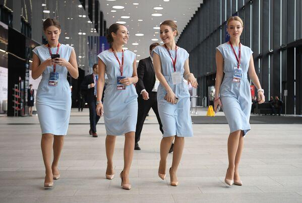 Le hostess alla conferenza internazionale Artide - territorio del dialogo a San Pietroburgo. - Sputnik Italia