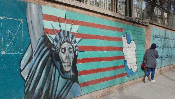 Un graffito sul muro dell'ex ambasciata degli USA a Teheran - Sputnik Italia