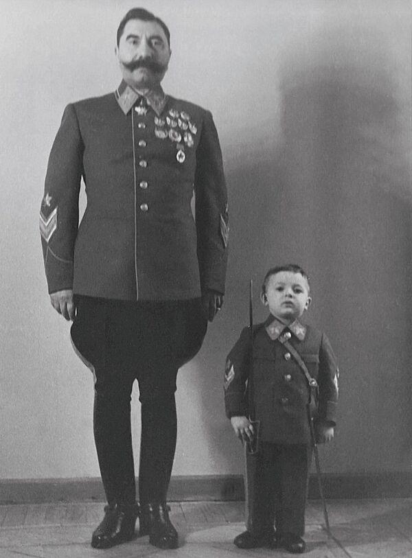 Tale padre, tale figlio: Semyon Budenniy insieme al figlio Sergey negli anni '40  - Sputnik Italia