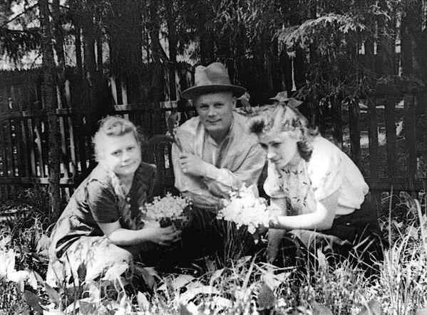 Filipp Golikov, maresciallo dell'Unione Sovietica, capo del servizio di spionaggio militare fotografato all'inizio degli anni '40 in un momento di relax con la figlia Nina ed una sua amica - Sputnik Italia